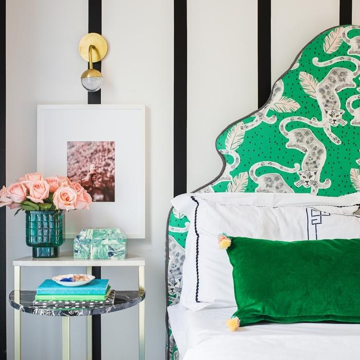 design intérieur moderne dans une chambre à coucher aux murs blancs et noirs, idee tete de lit customisée avec tissu