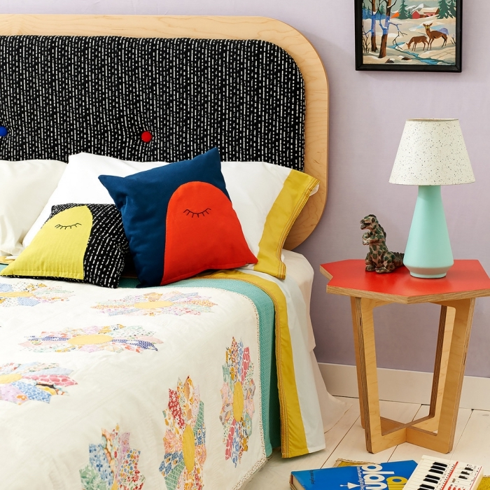 comment décorer une chambre à coucher ado, idee tete de lit en contreplaqué bois et dos boutonné en tissu noir et blanc