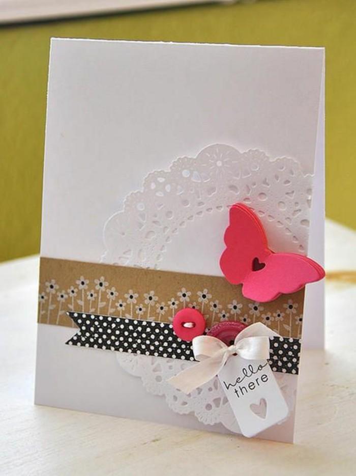 jolie carte d'anniversaire femme en scrapbooking ornée d'une napperon dentelle et de petits embellissements