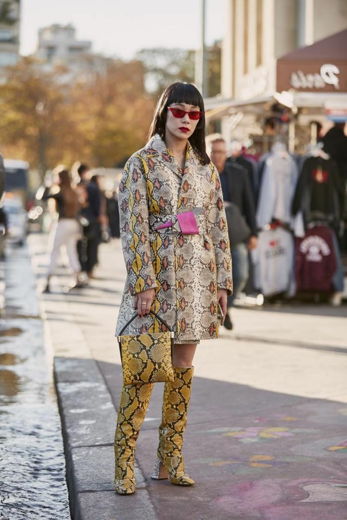 longues cuissardes, petit sac jaune imprimé tendance, veste peau de serpent, couleurs blanc et jaune