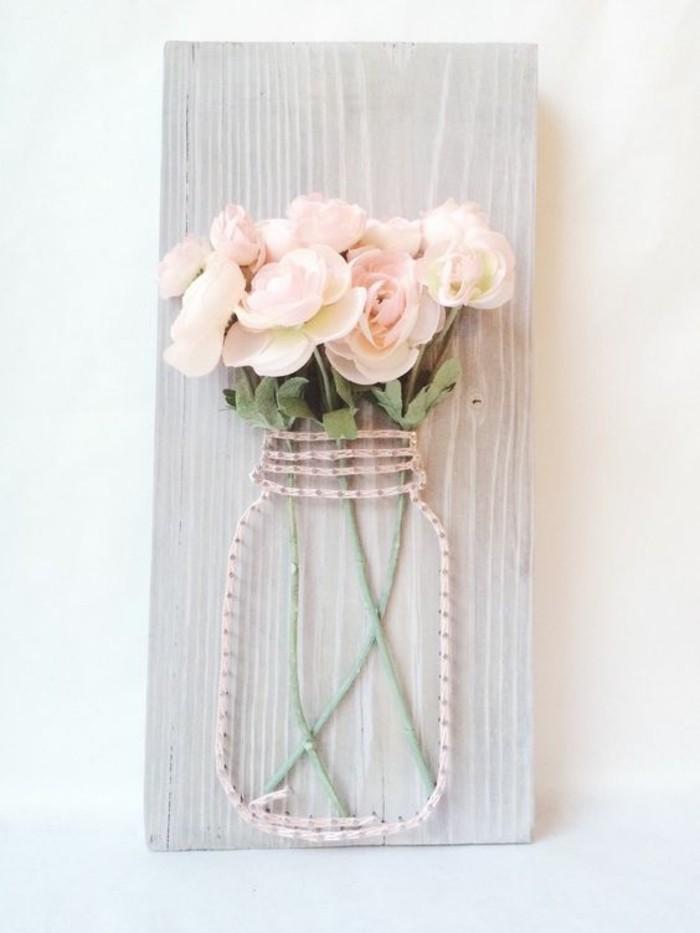 decor mural panneau peint gris pâle, bocal avec roses, vase improvisée avec corde