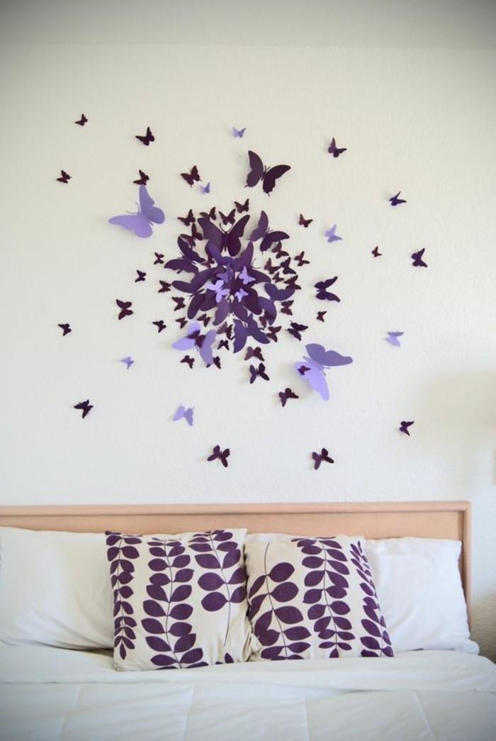 diy déco chambre, papillons bricolés de papier au-dessus du lit sur le mur blanc, coussins motifs floraux