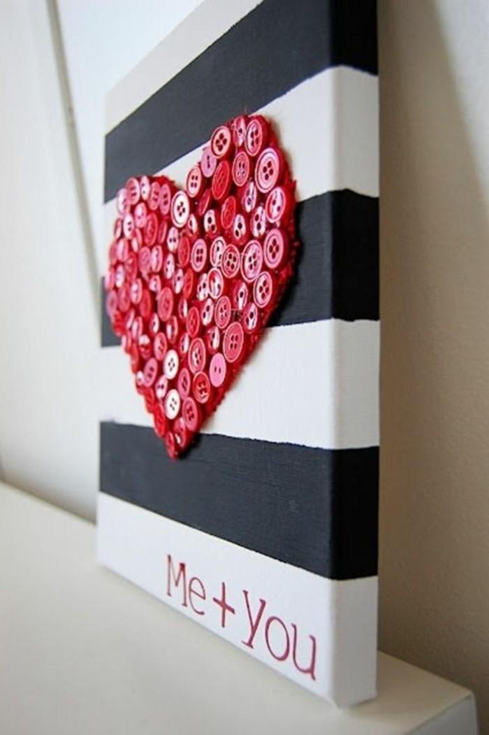 coeur rouge en boutons, panneau rayures horizontales, créer un mur design avec matériaux simples