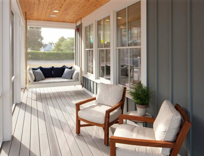 chaises, terrasse en bois, banquette suspendue, amenagement de véranda en blanc et gris