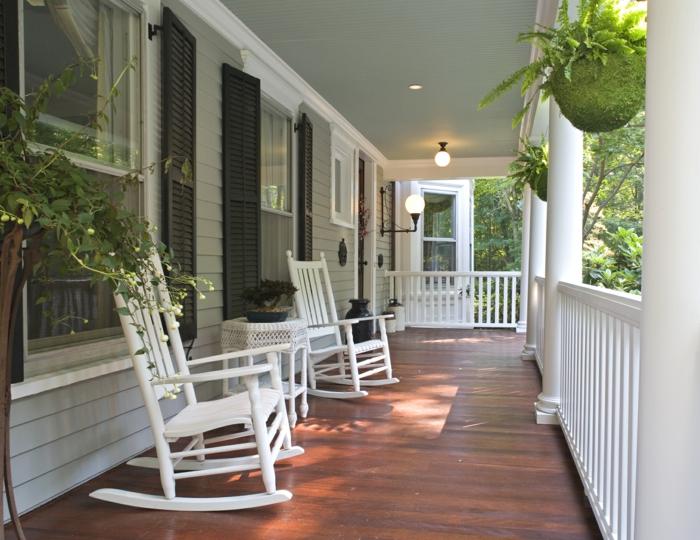 terrasse en bois, chaises blanches, pots suspendus, deco veranda minimaliste en bois et blanc