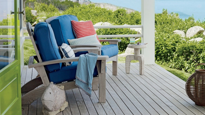 terrasse en bois, décorer sa terrasse avec bois blanc, chaises d'extérieur bleus, petite table, belle vue