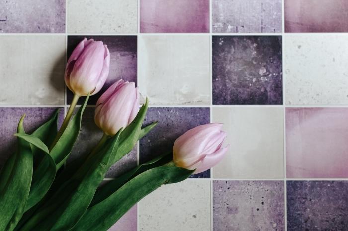 quelle photo pour l'écran de son ordinateur, idée cadre violet et rose avec tulipes pour wallpaper pc, fond ecran printemps