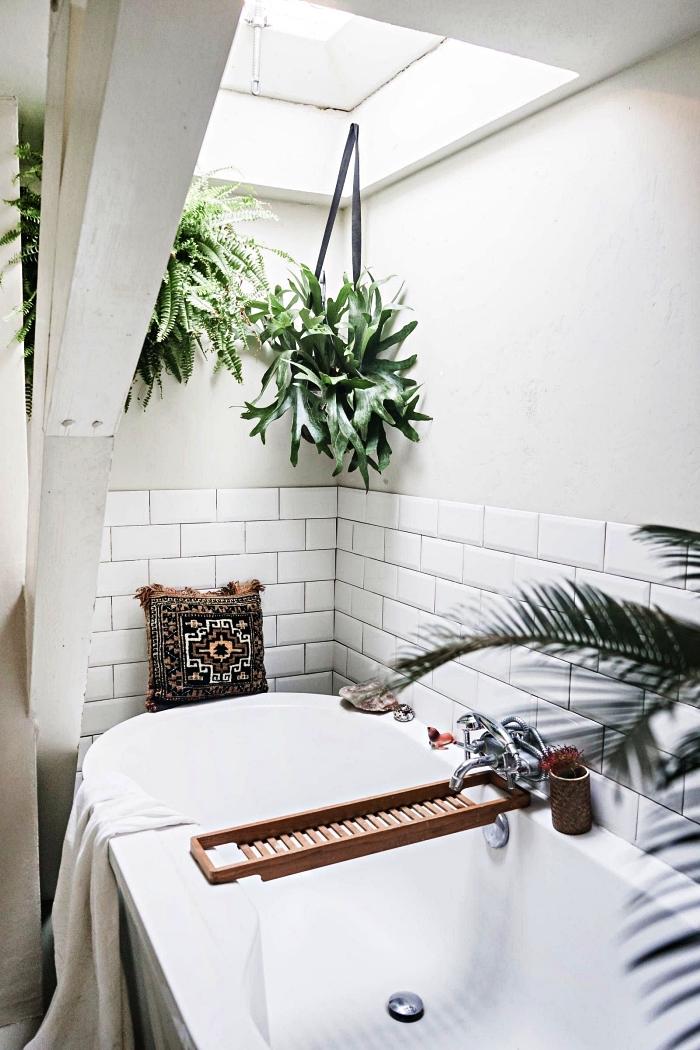 crédence baignoire en carrelage métro blanc, amenagement salle de bain nature et zen sous les combles décorée de plantes suspendues
