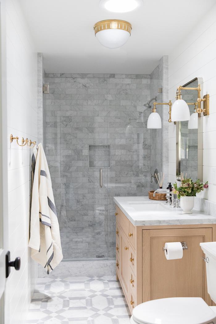 Linge de bain, lavabo, lustre blanche avec détails en or, modele salle de bain, chouette idée pour la salle de bain en bois et blanc