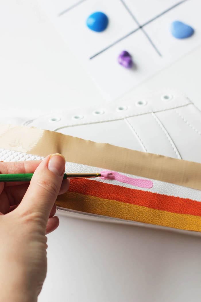 modèle de baskets blanches personnalisées avec peintures textile, idée cadeau a fabriquer sois meme, customiser ses chaussures