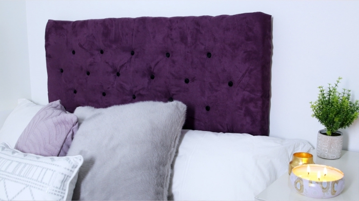 idée pour réaliser une tête de lit boutonnée soi-même, déco chambre blanche avec accents en violet, tete de lit fait maison