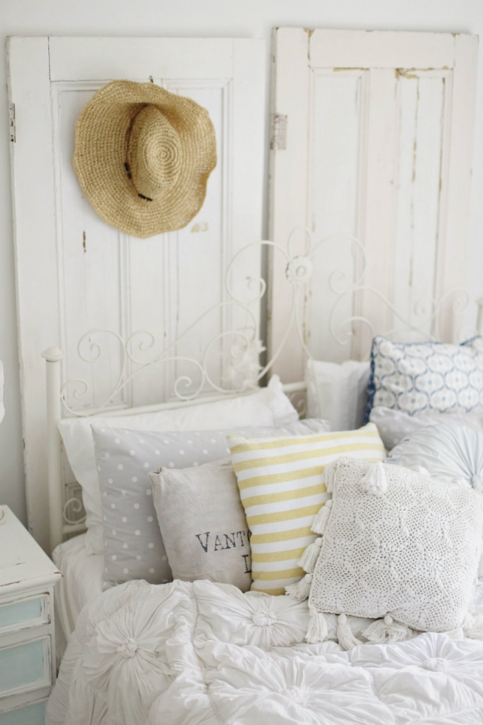 chambre vintage avec lit à cadre fer, fabriquer une tete de lit en bois recyclé, exemple recyclage vielle porte bois