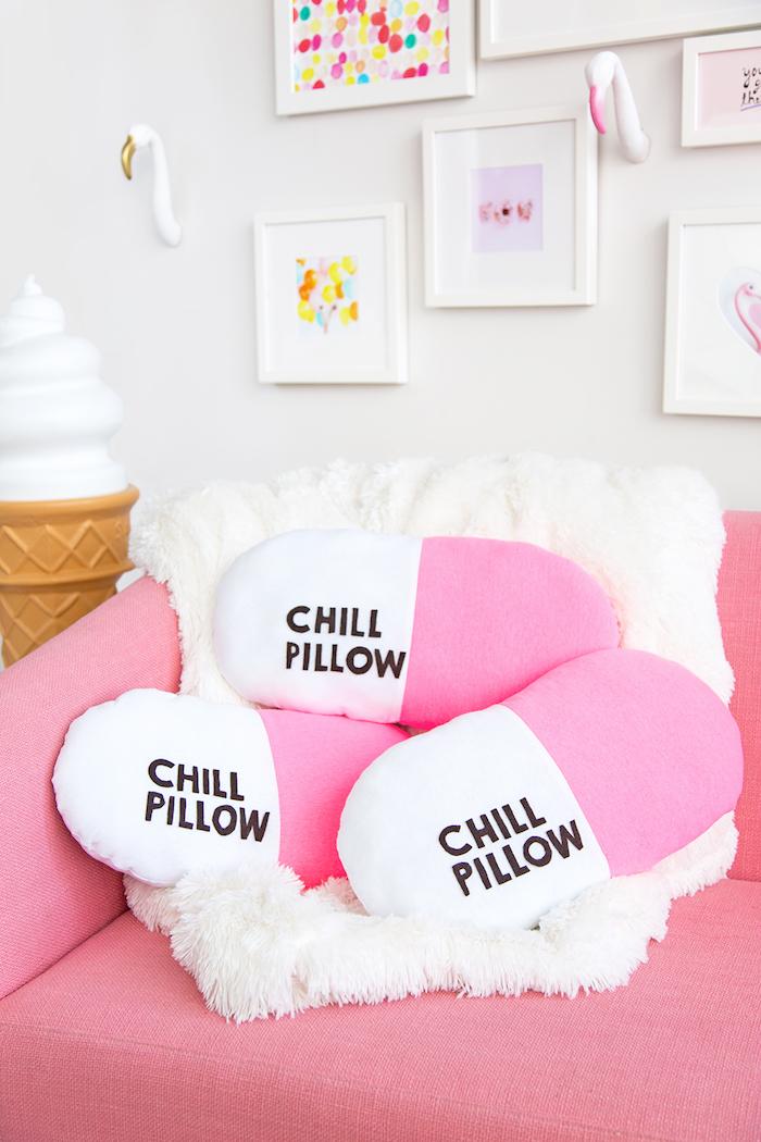 exemple design intérieur style girly dans un salon blanc et rose, cadeau original a fabriquer, modèle coussin pilule en rose et blanc