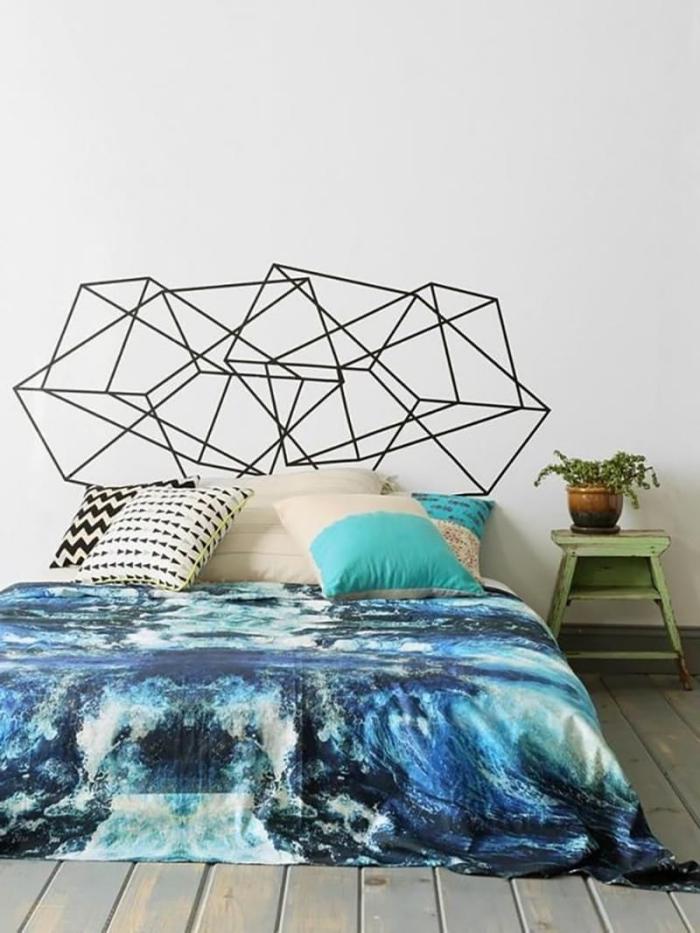 réaliser une tete de lit originale avec masling tape, décorer son lit cocooning avec coussins de couleurs neutres et pastel
