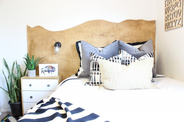 aménagement chambre blanche avec meubles blanc et bois, fabriquer une tete de lit en bois, coussins décoratifs couleurs neutres