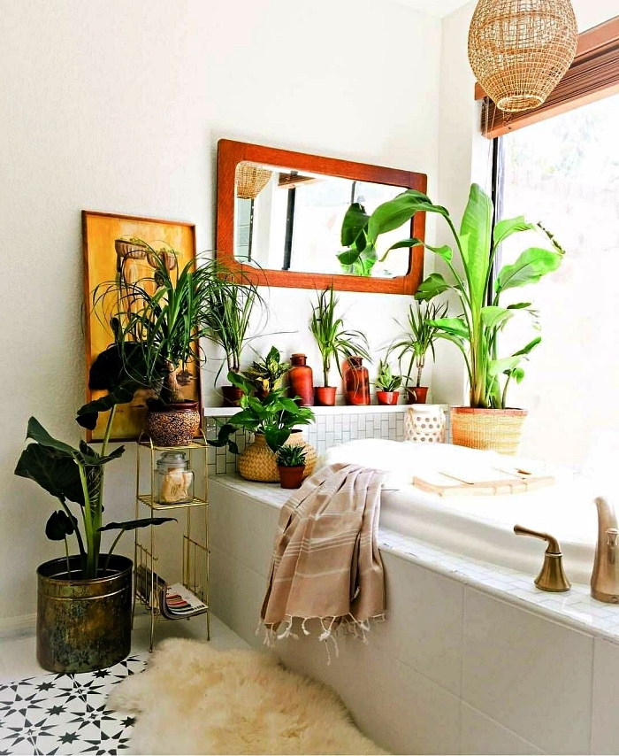 aménagement d'une petite salle de bain nature décorée de pots de plantes et d'objets ethnique chic, baignoire cocooning d'esprit nature