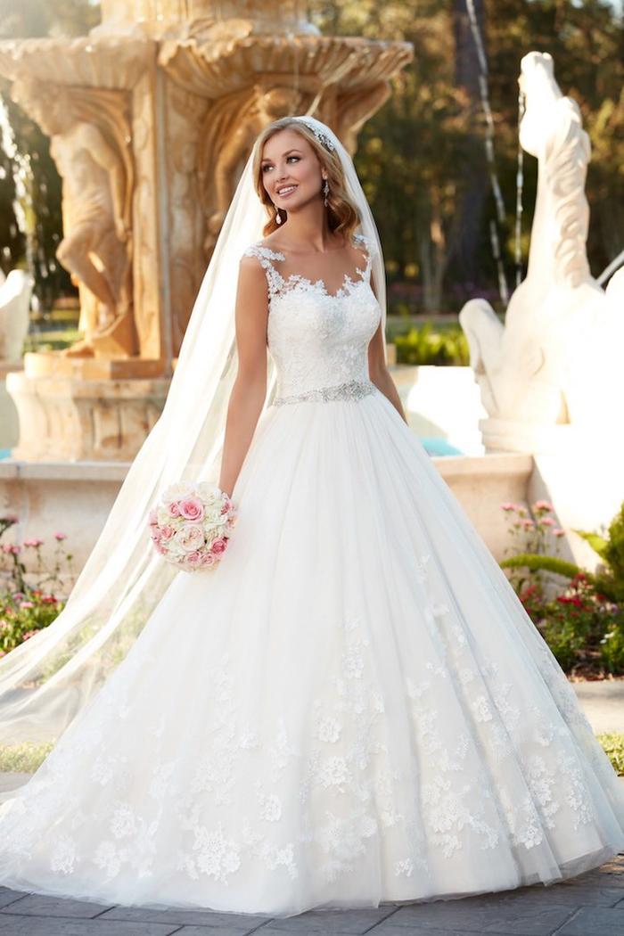 Fountain avec chevaux, robe de mariage élégant, bouquet ronde avec roses blanches et roses, le style chic pour le jour j avec une belle robe moderne