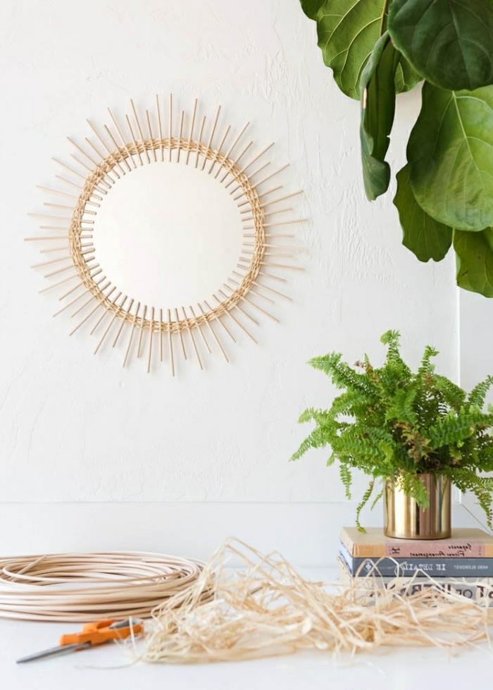 deco a faire soi meme, miroir avec cadre en rotin, plantes vertes, idée déco mur