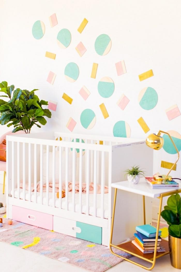 chambre de bébé blanche, décoration murale chambre unique, figures géométriques en papier