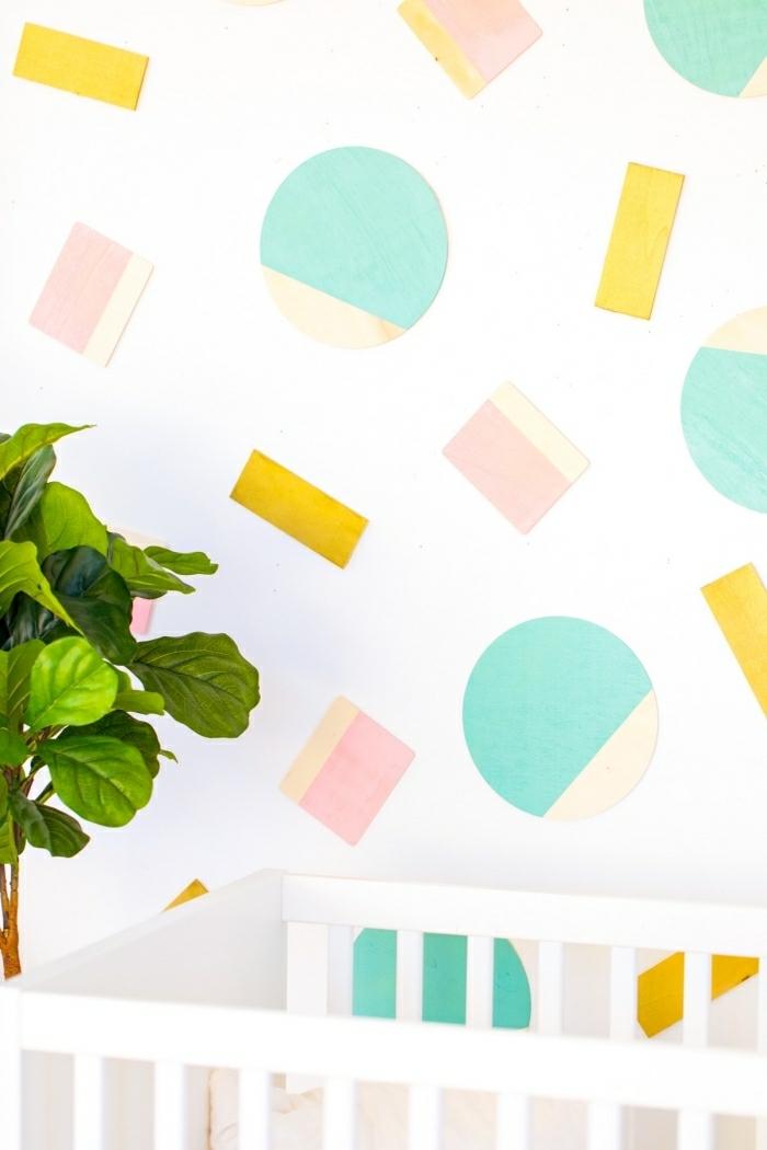 idee deco mur, figures géométriques en papier coloré, arbre vert, mur blanc