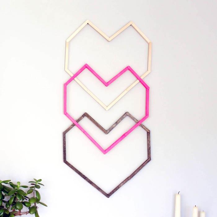 coeurs géométriques en bâtons, idee deco mur en coeurs en bois, décoration murale à faire soi même