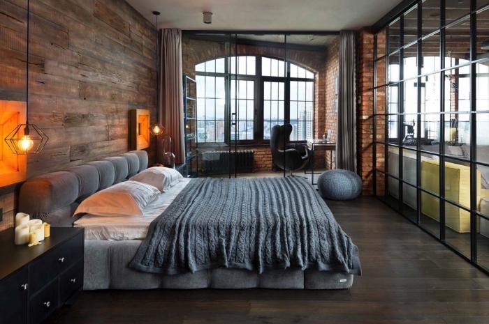 comment aménager une chambre adulte de style industriel moderne, idée panneau de bois pour murs, modèle verrière de style industriel