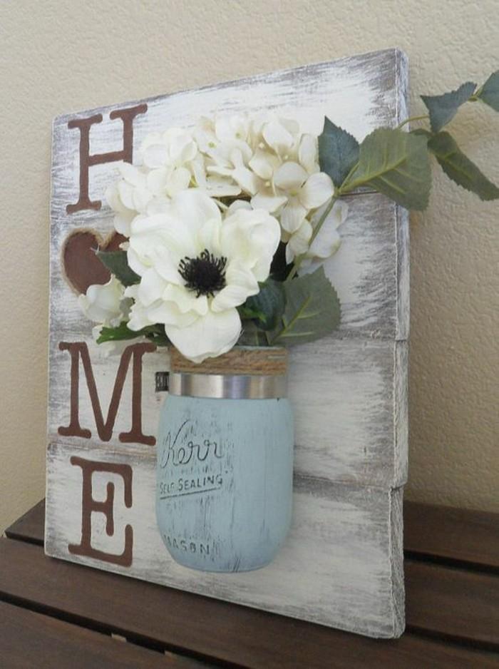 panneau shabby, vase turquoise avec fleurs blanches, inscription avec lettres peintes, décoration murale bois