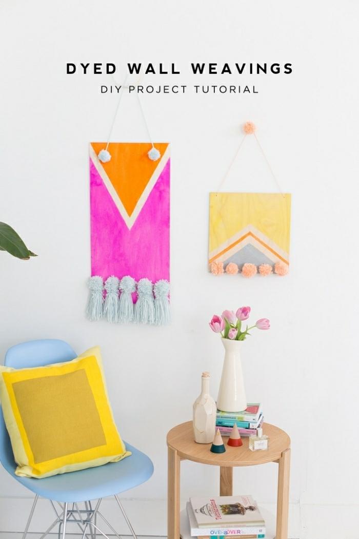 tapis mural diy, idée bricolage déco murale en bois, panneaux en bois avec franges, petite table en bois