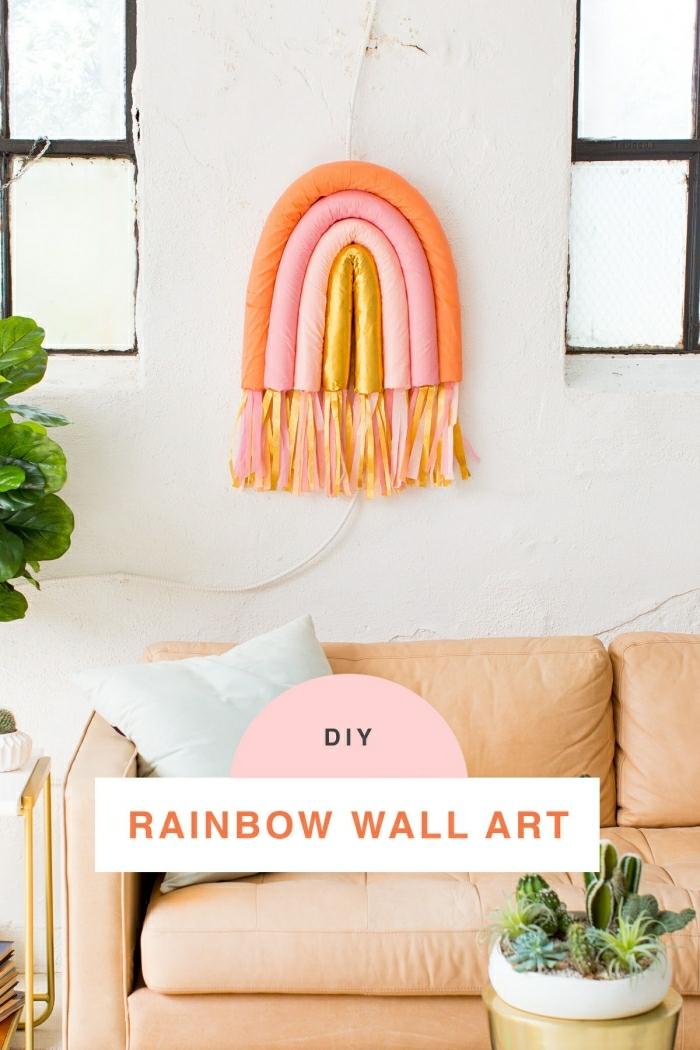 sofa orange, arc-en-ciel en couleurs pastels, deco a faire soi meme avec nouilles de piscine