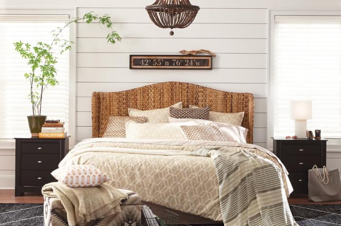 idée revêtement mural pour chambre, design intérieur rustique dans une chambre blanche avec meubles bois