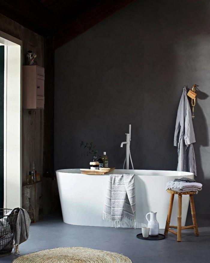 deco salle de bain zen en gris avec baignoire îlot moderne, réchauffée par quelques accents en bois naturel
