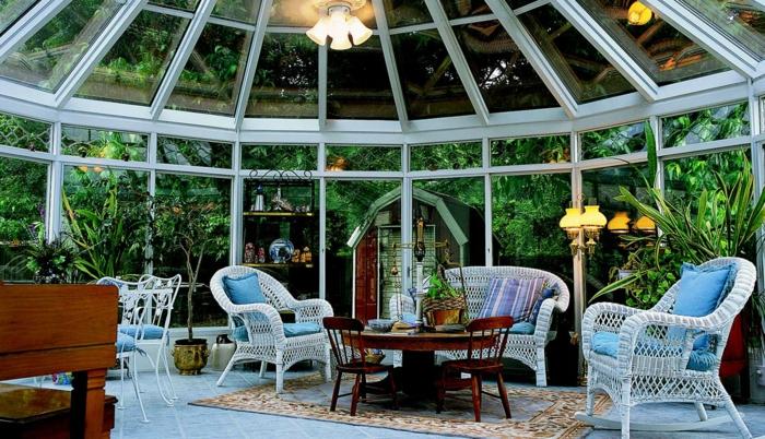 véranda blanche, chaises rotin blanches, grande véranda près d'un jardin magnifique