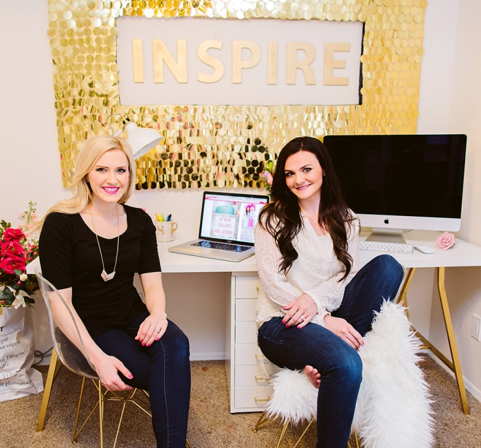 mur inspirant, chaises scandinaves, bureau blanc ikea, lamelles dorées, script mural