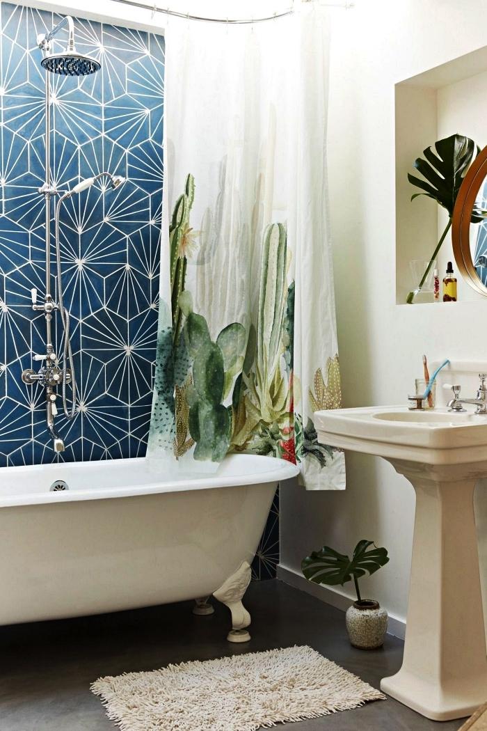aménagement petite salle de bain d'esprit zen avec baignoire sur pied vintage et une jolie crédence baignoire en carreaux de ciments graphiques, rideau de douche à motif cactus