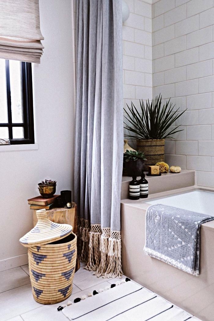 decoration petite salle de bain esprit bohème chic avec baignoire cachée derrière un rideau bohèmes, accessoires de salle de bains en fibres naturelles et bois