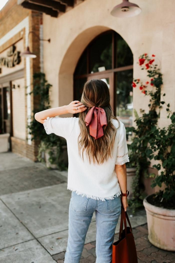 modele de demi queue d cheval parée avec un ruban rouge sur cheveux chatain clair, idée de coiffure boheme femme cheveux long