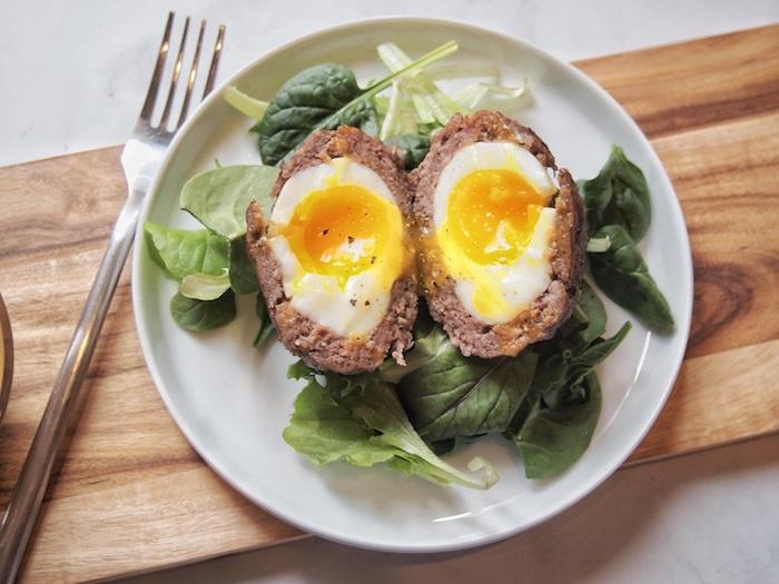 recette viande hachée, oeufs à l'écossaise, des oeufs durs enveloppées de viande hachée sur salade des épinards, repas regime menu