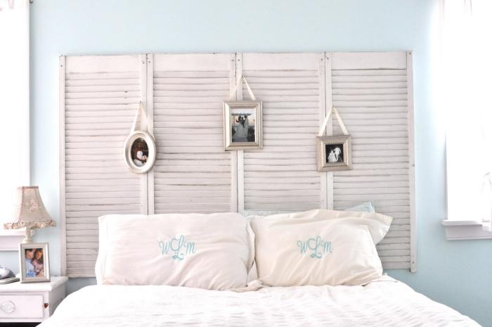 décoration vintage dans une chambre à coucher aux murs bleu pastel avec meubles bois blanc, idee tete de lit en volets recyclés