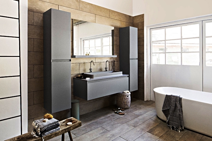 une salle de bain zen et nature en bois, blanc et gris avec du mobilier aux lignes épurées et baignoire îlot moderne, réchauffé par le parquet et le panneau mural en bois