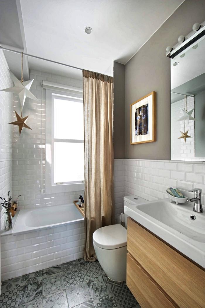 aménagement salle de bain de petite surface en carrelage métro blanc réchauffée par quelques accents en bois