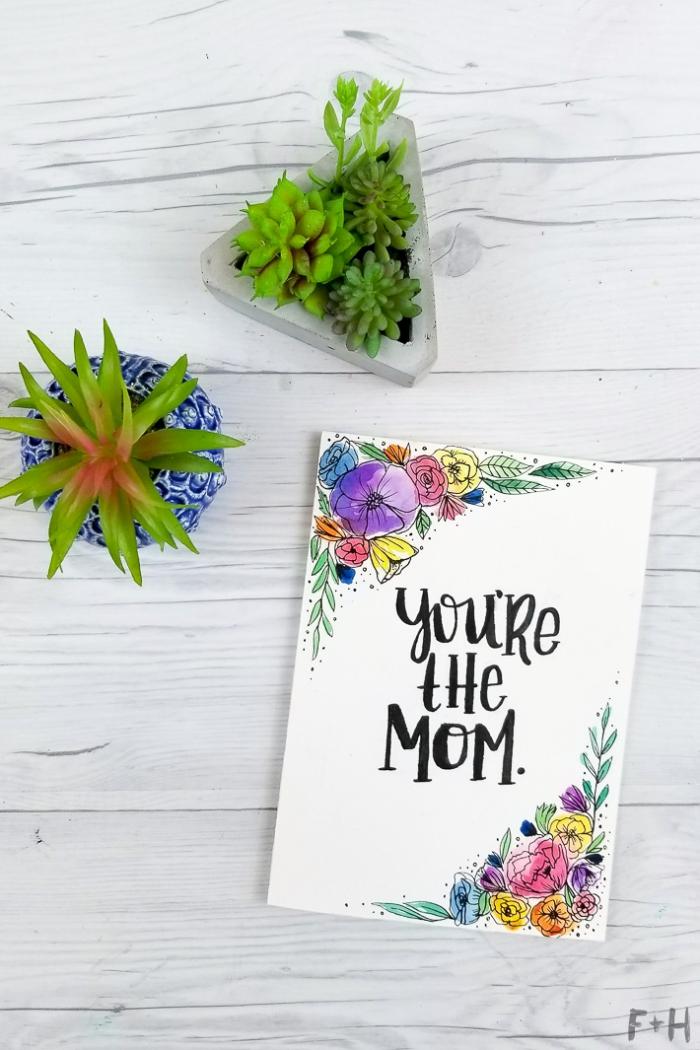 carte d'anniversaire à faire soi même avec un dessin de fleurs à l'aquarelle et un lettrage manuscrit noir fait-main
