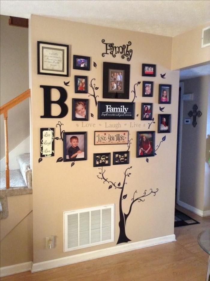 mur beige avec photos encadrés, dessin d'arbre, photos de famille exposées, idée deco mural
