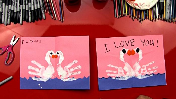 bricolage fête des mères pour les tout petits, carte de voeux avec dessin fete des mères réalisé avec les mains, empreintes de main cygnes pour décorer une carte fête des mères