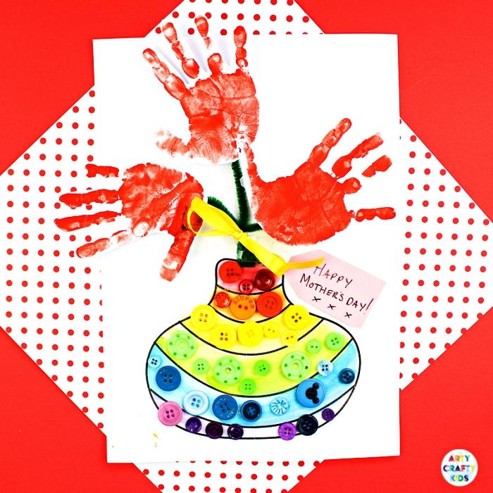 carte faite-maison avec dessin pour la fete des mere, carte avec coloriage et fleurs empreintes de mains