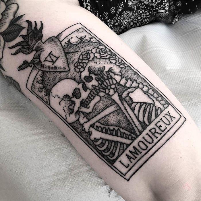 Carte crane de morte phrase tatouage swag, tatouage original, thème dessin tatou, bisou de squelettons amoureux