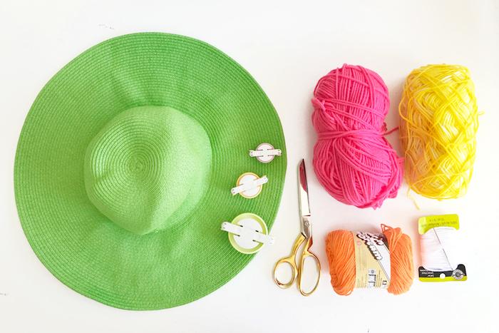 customiser une capeline monochrome, idée comment personnaliser ses accessoires, cadeau original pour sa meilleure amie