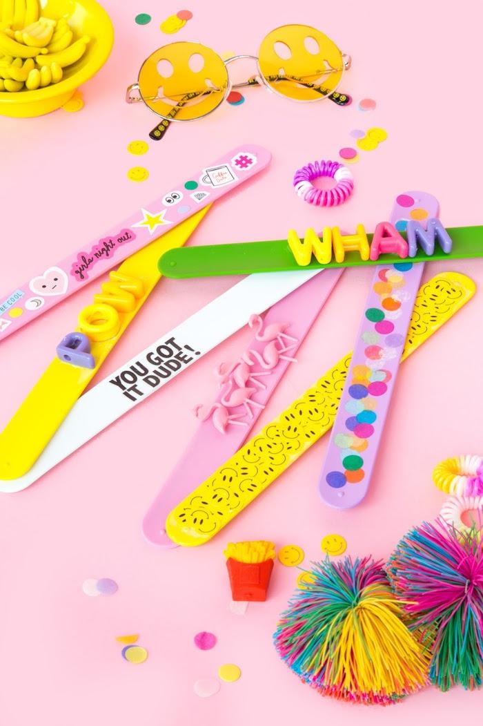 accessoire mode femme à réaliser soi-même, idée cadeau meilleure amie, diy bracelet rose avec décorations,