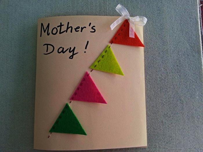 idée de carte personnalisée pour la fête des mères à fabriquer en maternelle, carte de voeux faite-maison avec guirlande à fanions en feutre