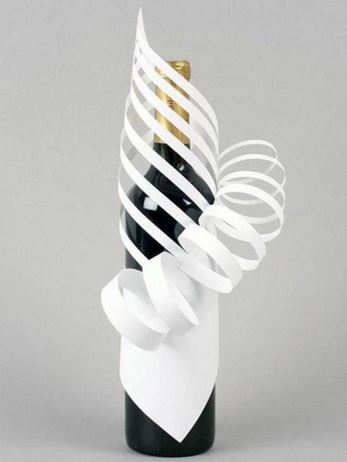 comment décorer une bouteille de vin originale, exemple emballage diy en papier blanc, art du papier pliage facile
