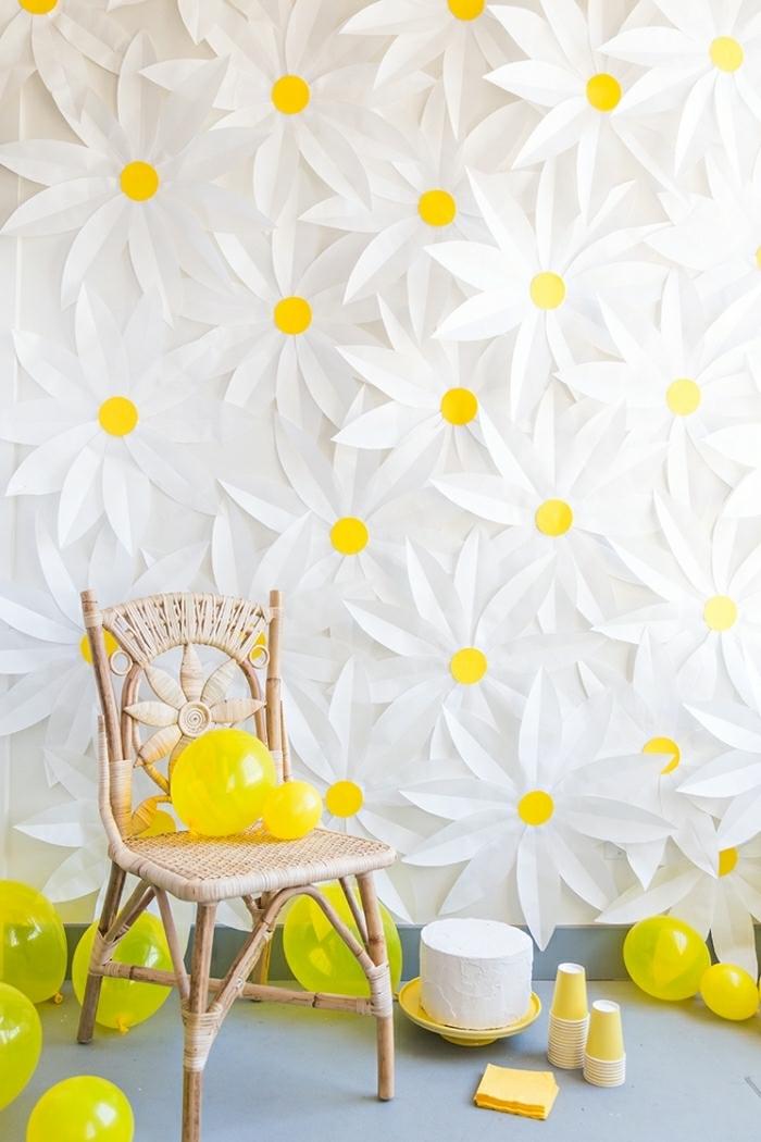 idée bricolage facile, déco diy fleurs en papier, paquerettes blanches, chaise en rotin